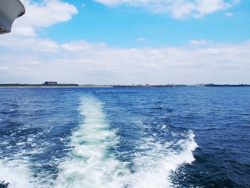 ゆっくりと岸から離れる船