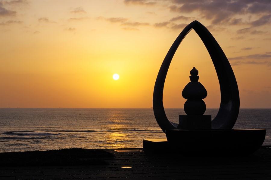 夕日に映える光輪塔