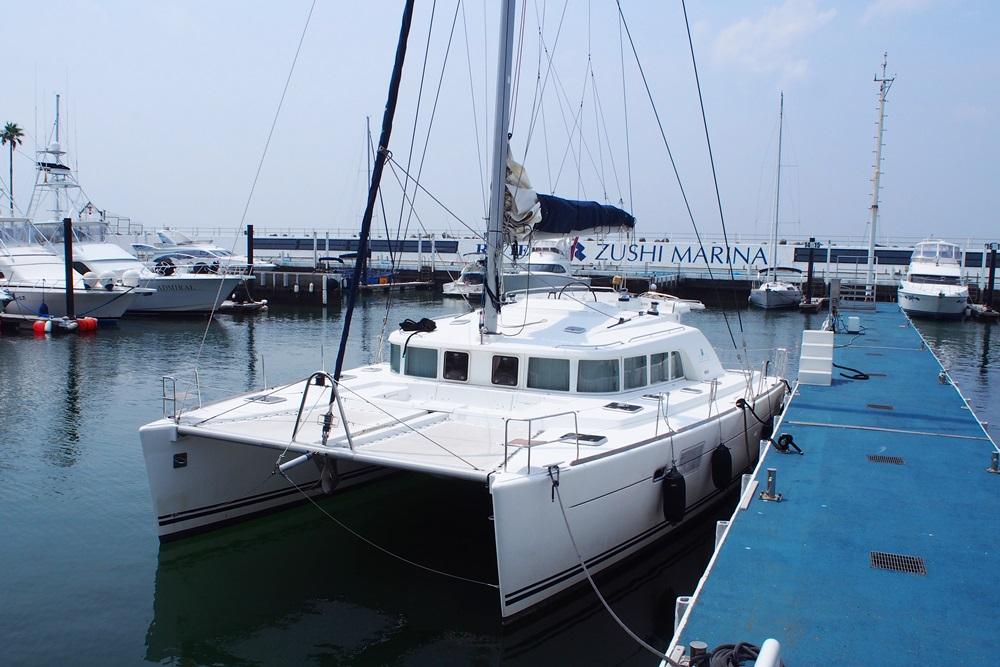 海洋葬で使用するカタマランヨット