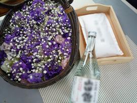 2.紫の花と献酒、ご遺骨