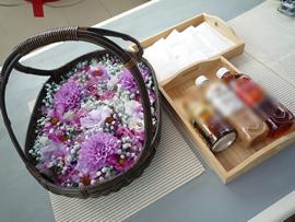 2.紫の花かごと故人が好きだった飲み物