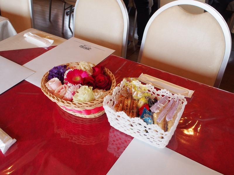 6.テーブルには献花、お菓子、おしぼり