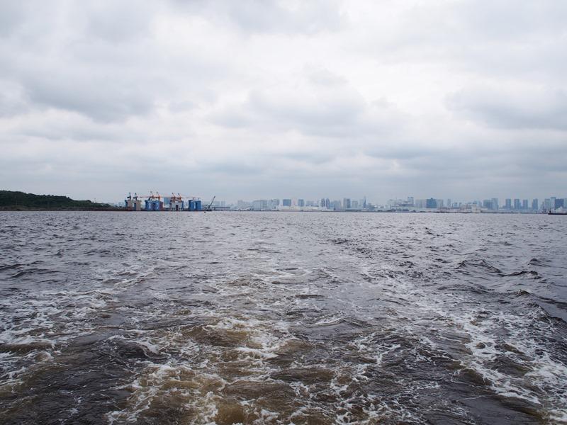 9.前日雨が降っていた東京湾を走る船