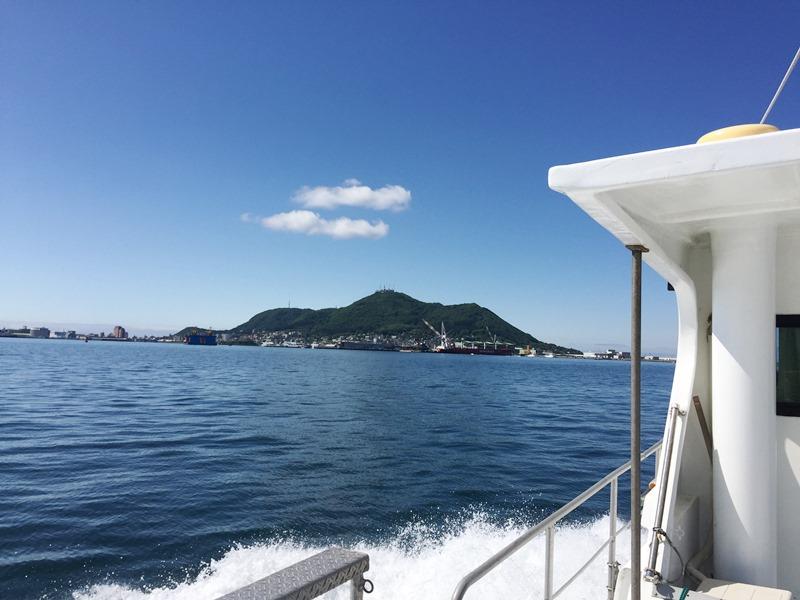 1.清々しい快晴の出航、函館山が見えます