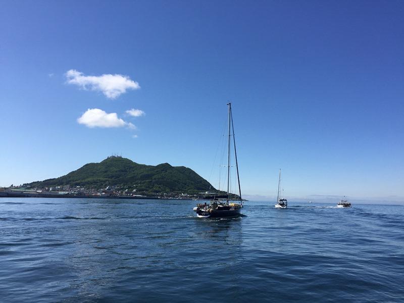 2.日曜日、ヨットやクルーザーも多い函館沖