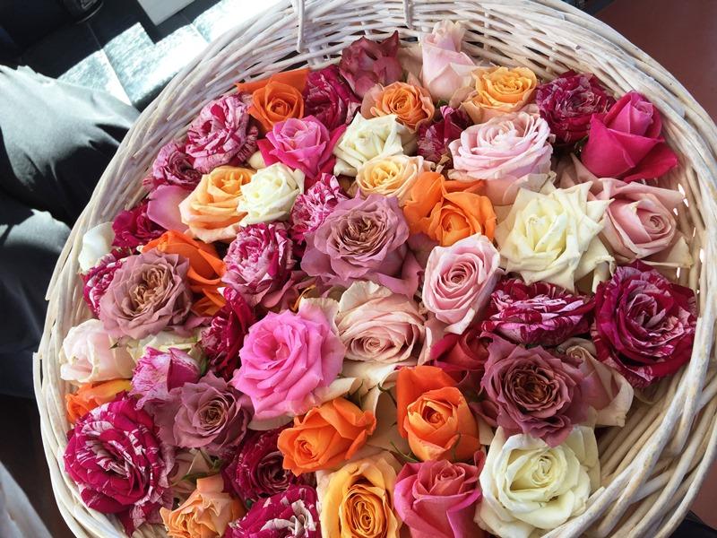5.東京から運んできた籠いっぱいのバラの花