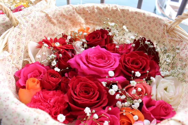 1.赤いバラの花かご