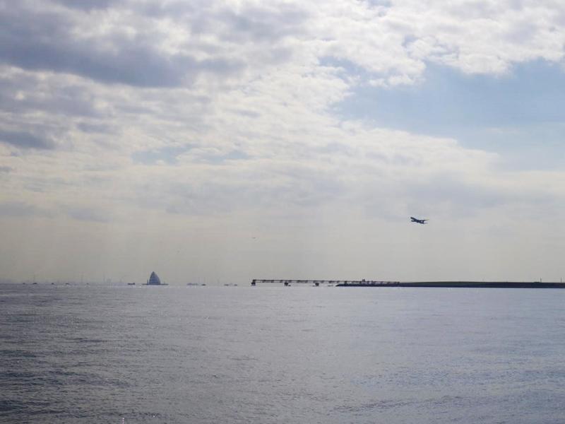 8.風の塔と離陸直後の飛行機