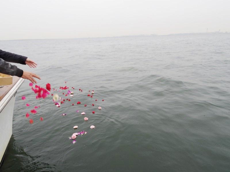 5.一組様ずつ散骨と献花