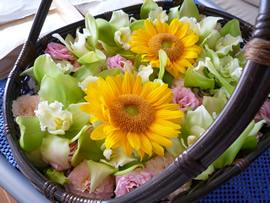 1.夏の香りがする色鮮やかな花かご