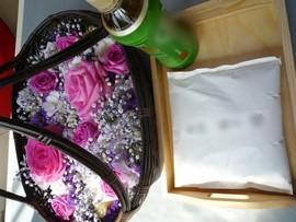 1.寒色系の花かごと遺骨・お茶