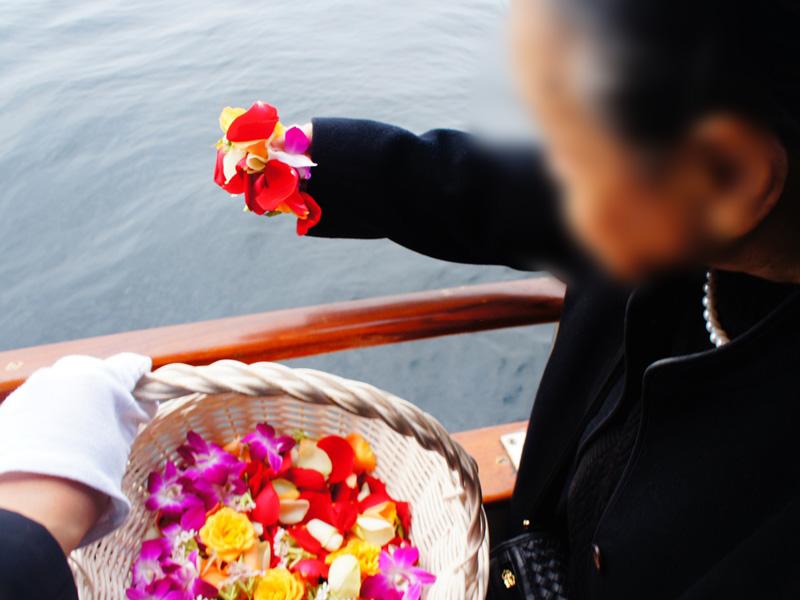 8.想いをこめて献花を流します