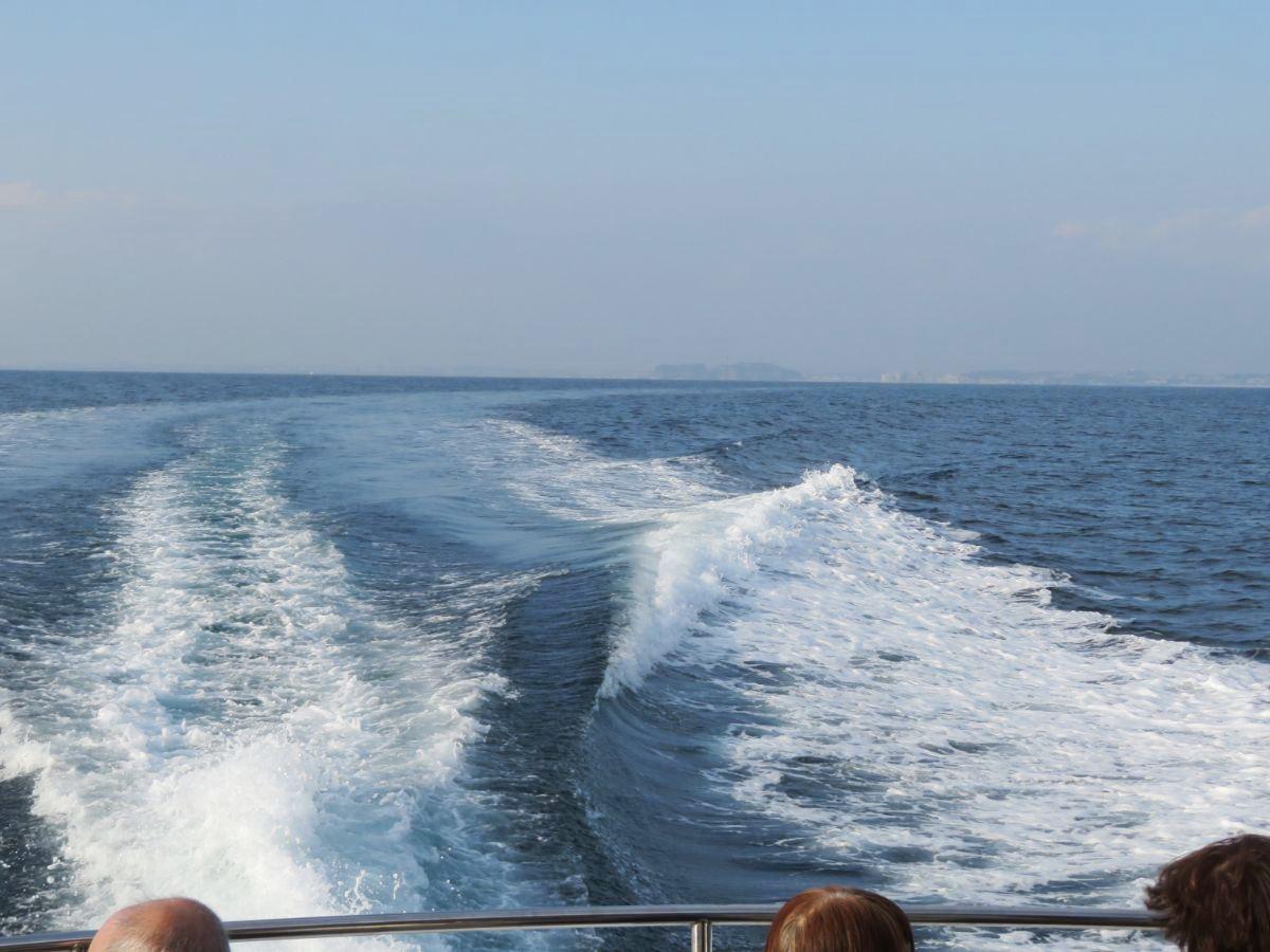 1.江ノ島をバックに出航