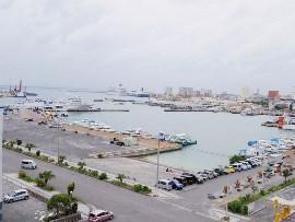 1.八重山諸島の船が往来する石垣港
