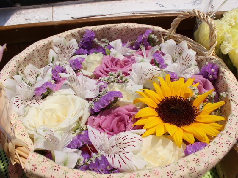 2.爽やかな色合いの花かご