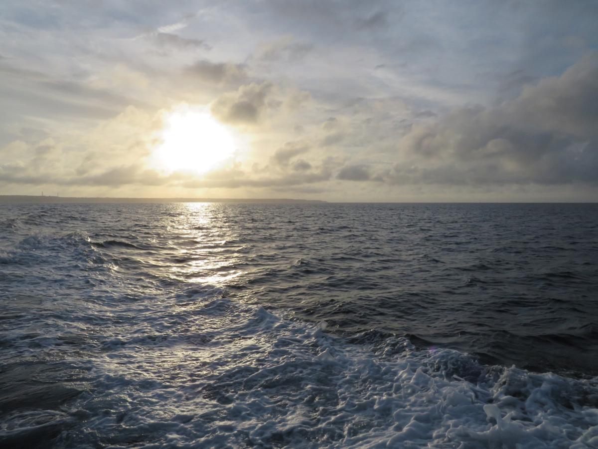 2.夕暮れの伊良部島をバックに出港