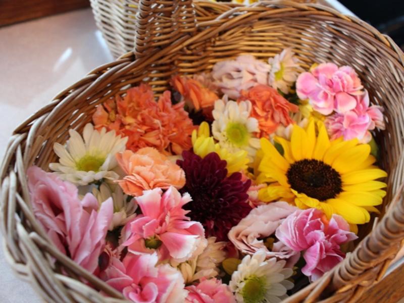 1.暖かい色合いの花かご