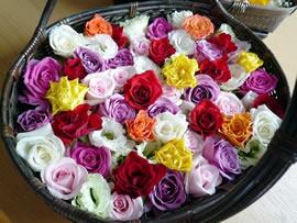3.明るい色彩の花かご