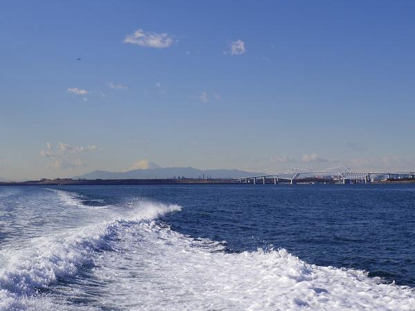 1.富士山とゲートブリッジを臨み出航