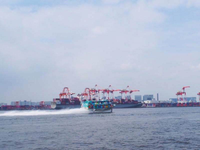 8.高速ジェット船が通過
