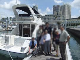 3.船の前で集合写真
