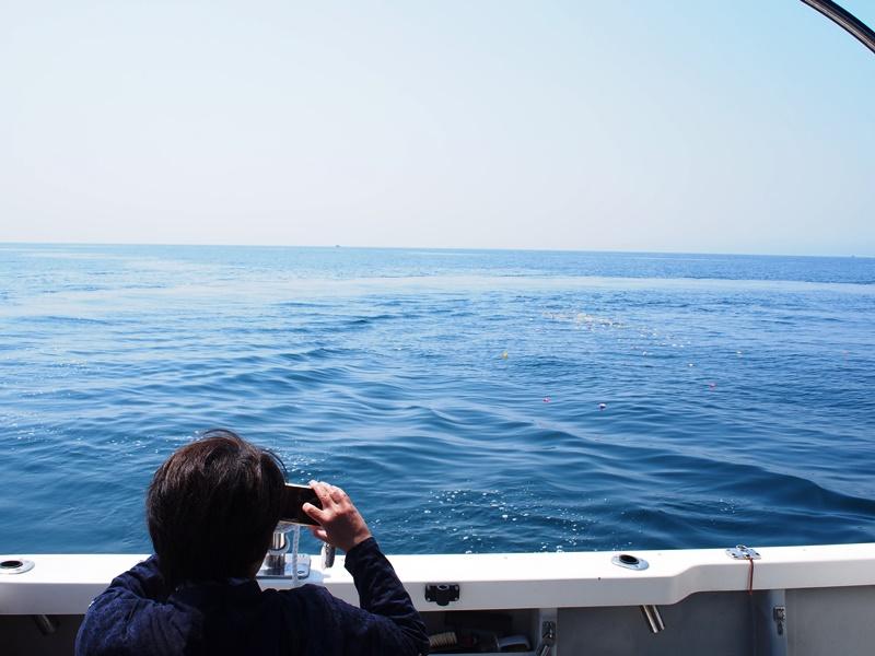 9.見送った海を写真におさめるご家族