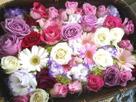 1.色とりどりの薔薇の花かご