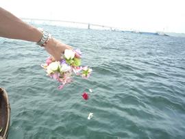 8.横浜の海に還った故人への送り花