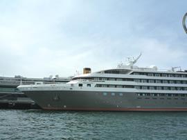 9.この日は桟橋の両側に客船が停泊していました
