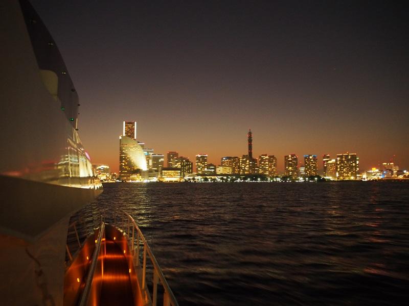 19.横浜の夜景に向かい船が進みます